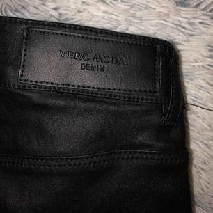 Super snygga skinnbyxor i normal midjehöjd ifrån Vero Moda i storlek XS/30  Endast tvättade och använda 2 gånger, i jättefint skick! Kostade från början 400 kr. Frakten ingår i priset!