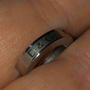 Silver Dolce & Gabbana örhänge man kan använda detta som piercing 💕. Pris kan diskuteras. frakt tillkommer.💕