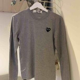 Långärmad tröja från comme des garcons.  Sparsamt använd, ser fortfarande helt ny ut. Inköpt på NK för 1200kr   Storlek S.  Men stor i storleken.   600kr inklusive frakt.
