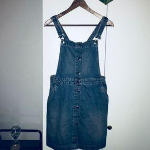 Söt denim hängsel-kjol. Använd en gång.
