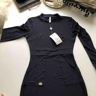 Marinblå klänning i tajt material