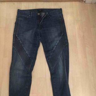 Jeans med snygga detaljer, dessa är i gott skick! En frakt på 35kr tillkommer❤️ Sitter jättefint på och formar benen.
