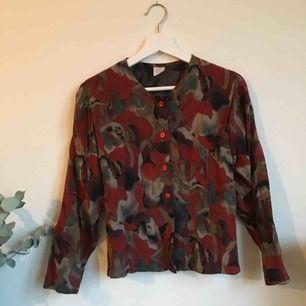 Säljer denne gulliga skjortan som knappt är använd. Köpt second hand.  Mötes upp i Göteborg eller skickas. Frakt 40kr tillkommer.