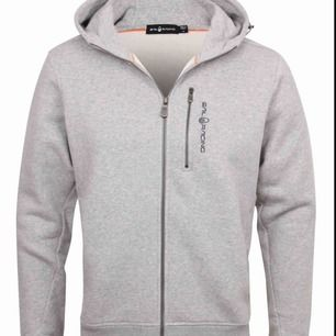 Hej säljer min sail racing hoodie pga att den är för liten, den är knappt använd och den är köpt för 1200kr på zea life på Emporia! Kontoutdrag finns!