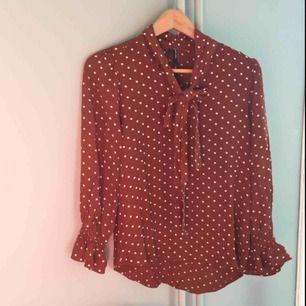 Prickig skjorta från Vero Moda. Stl 34. Helt ny med lappar kvar.