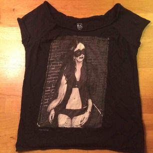 Endast provad Lady Gaga T-shirt/Top. Det står stl M i men är definitivt mer en XS-S. Frakt tillkommer med 39 kr i postens s påse