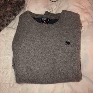 Snygg stickad bondelid tröja. Sitter absolut inte som en XL utan mer som en XS.