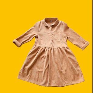 Senapsgul (syns inte på bilden) manchester-klänning med knappar! Aldrig använd!! Säljer pga. för liten. Köpare står för frakt✨