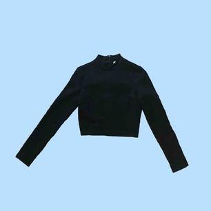 En långärmad, svart, turtleneck-tröja från Clara Henry's kollektion. Aldrig Använd. Säljer pga. för liten. Frakt står köparen för!!💜