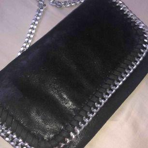 (KAN MÖTAS I ANDRA STÄDER) En fin liknande Stella McCartney väska i superfint skick. Väskan är i ett läder liknande material och har en fin silverkedja.❤️