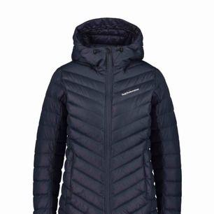 (KAN MÖTAS UPP I ANDRA STÄDER) Superfin Peak Performance jacka i mörkblått köptes för 2500 knappt använd.Kan skicka egen tagna bilder på jackan och skicka. ❤️