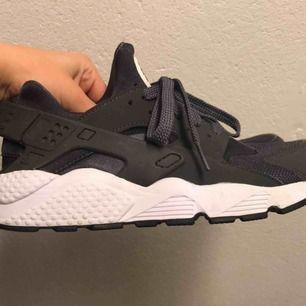 Superfina Nike Huaraches i en grå färg! 🌟 Storlek 40,5 men passar en 39/40, priset går att diskutera.