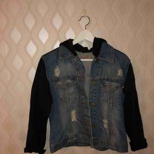 Jätte fint TONSURTON jeans jacka köpt från England  använd flera gånger men ändå i jätte bra stick 💕