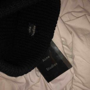 Acne studios ribbed knit beanie. Sälj då den aldrig kommit till användning, ca 2 månader gammal. Köpt för 1249kr