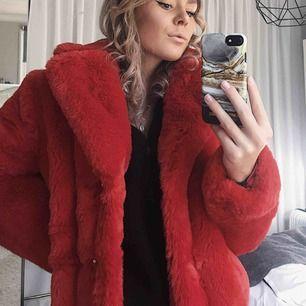 Jättesnygg röd Fake fur coat från Gina tricot! Den är endast använd vid 1 tillfälle så jättefint skick. Nypris 800 kr.❤️ frakt tillkommer