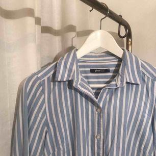 Jättefin randig skjorta från Gina tricot, sparsamt använd, nytvättad, i fint skick, frakt på 39 kr tillkommer 💞