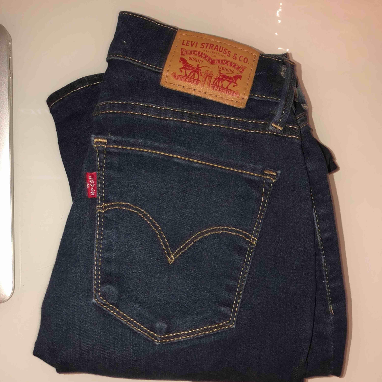 Levi's jeans 701 Super Skinny Som helt nya, har bara legat i min låda. Du står för fraktkostnaden Prutbart. Jeans & Byxor.