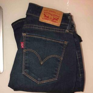 Levi's jeans 701 Super Skinny Som helt nya, har bara legat i min låda. Du står för fraktkostnaden Prutbart