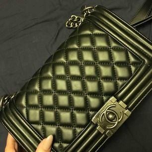 Chanel Boy Bag i äkta läder och tjock/tung axelremskedja. Fantastiskt fin och rymlig. Oanvänd. Ställ gärna frågor :) pris ink frakt