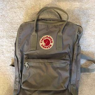Grå fjällräven ryggsäck. Fint skick förutom lite smutsig i botten (se bild 2). Frakt ingår inte i priset. Nypris var 900 kr