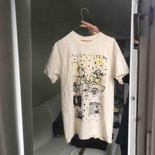 Snygg t-shirt från märket stacy house. As seen on Travis Scott bland andra! Aldrig använd. Fri frakt!