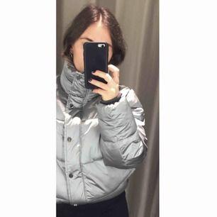 silvrig grå padded puffer dun jacka helt oanvänd med lapp kvar! nypris 500 säljer för 175! frakt 82:-