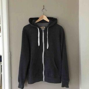 Mörkgrå hoodie med dragskedja från märket Solid. Storlek M.