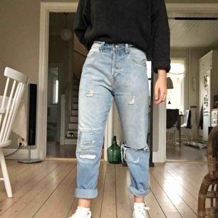 """Ljusblå jeans med en """"sliten"""" look från hm. Storlek W29. Super sköna!!"""