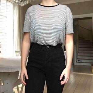 Svart och vit randig T-shirt från Brandy Melville. Storlek M-L