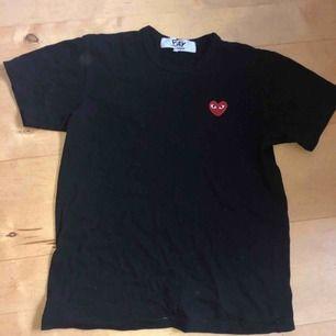 Knappt använd svart cdg tshirt, nypris ca 950