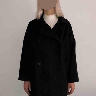 "Mörkgrå ""oversized"" men kort kappa i gott skick från Monki."