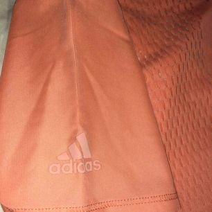 Pappa köpte den i Dubai till mig men inte min stil så säljer denna adidas träningströjan❤️Köparen står för frakten