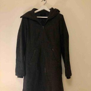 Fin varm kappa från Vero Moda i storlek M. Kan mötas i Stockholm annars står köparen för frakten.