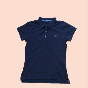 Mörkblå piké tröja från gant!! Aldrig använd!! Säljer pga. för liten. Frakt står köparen för✨