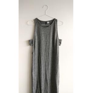 Kroppsnära, hellång klänning med cutouts och slits på bägge sidor. Sparsamt använd, gott skick.