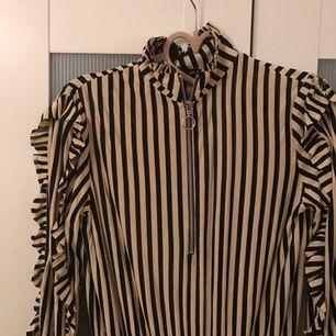 Klänning med ruffles, krage och slits nertill.  Oanvänd i storlek small. 125:- och köparen står för frakt.   :)