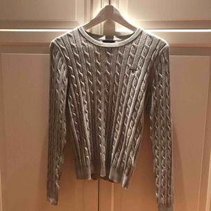 Nästan helt ny grå gant kabelstickad tröja, använd 1 gång. Nypris:1000kr  säljer för:350kr