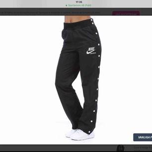 Säljer mina Nike popper pants som är helt nya och inte använda då prislappen är kvar. Nypris är 600 kr.