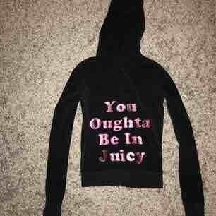 En tracksuit hoodie från juicy couture! Använder inte alls därför säljer jag den men jätteskön och är utav materialet velour. Nypris 1000  Tar emot swish och köparen betalar för frakten