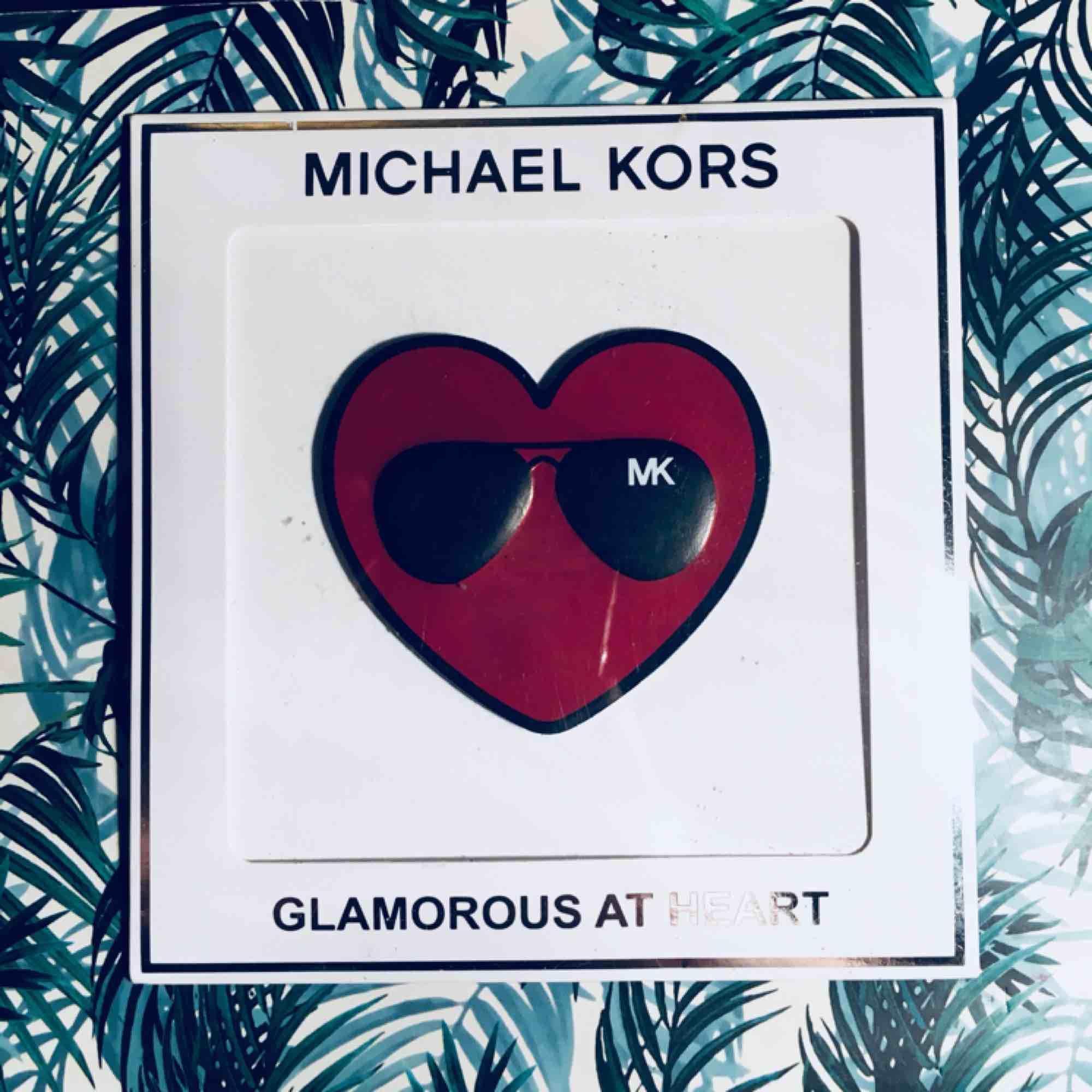 Säljer en sticker som ska sättas på väskan från Michel kors! Supergulligt sätt att pimpa upp en väska🌟🌟🌟 Frakt 15 kr . Accessoarer.
