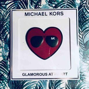 Säljer en sticker som ska sättas på väskan från Michel kors! Supergulligt sätt att pimpa upp en väska🌟🌟🌟 Frakt 15 kr