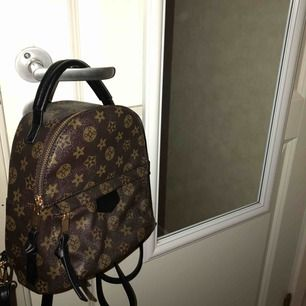 Kopia av en Louis Vuitton mini backpack. Använd 1 gång. Nypris:200