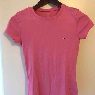 En superfin T-shirt från tommy hilfiger, köpte förra året men som tyvärr inte kommit alls till användning då jag inte tyckte den var min färg! Tar emot swish och köparen betalar frakten!