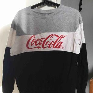 Coca cola tröja! Använd 1-2 gånger så i mycket fint skick. Nypris-200 Mitt pris-100  Köparen står för frakten