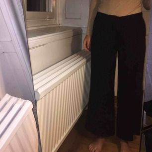 Korta kostymbyxor från Åhléns. Är nog tänkta som culottes på en längre person, jag på bilden är 160cm lång och normalt en 32/xs. Säljer pga lite använda och för stora i midjan. Så tror de skulle passa en xs/s.