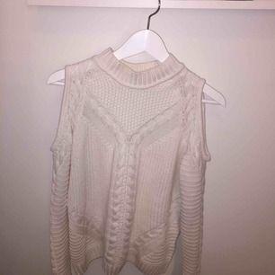Varm och skön vit tröja från H&M. Frakt tillkommer, hör av er för frågor och fler bilder :)