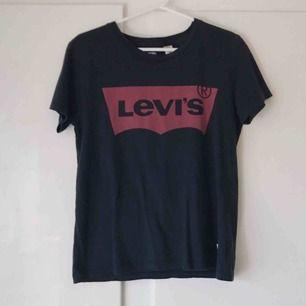 Levi's tshirt. Använd några fåtal gånger. Frakt tillkommer. Betalning med swish