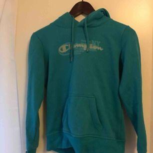 En jätte snygg och suuuper skön hoodie från champion! Stl S och köparen betalar frakten!