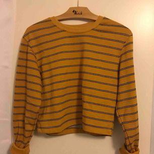 En cropped långärmad tröja från pull and bear. Beställde den från deras hemsida men tyckte inte jag passade i färgen tyvärr:( Tar emot swish och frakt tillkommer