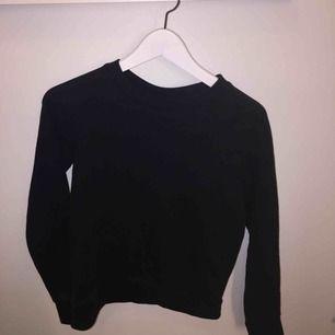 Basic svart långärmad tröja i storlek XS. Frakt tillkommer :)